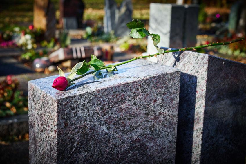 Viasz eltávolítása sírkőről